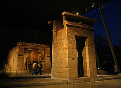250px-Temple_of_Dendur-_night